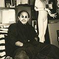 荒木経惟(アラーキー)「人力飛行機舎、寺山修司がいつも坐ってたソファーで。」